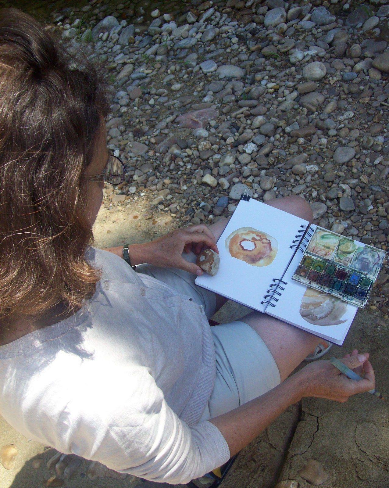 Yannick Charon réalisant in situ des aquarelles inspirées de pierres. Photos de Régis Roux.Galaure. Drôme. Août 2016.