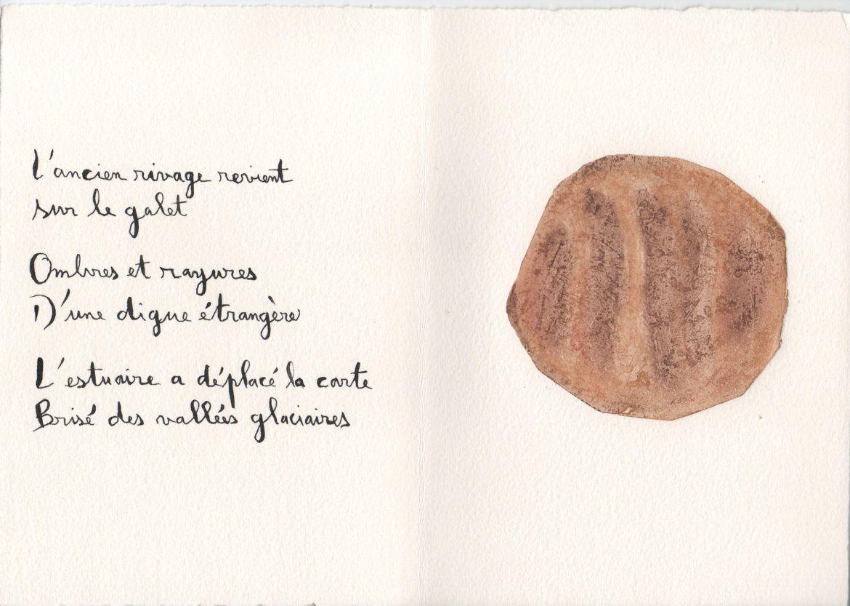 Les chemins du sable, livre d'artiste, 2016 (Poèmes de Régis Roux, gravures de Joan Beall.) Photo du galet découvert en 2013.