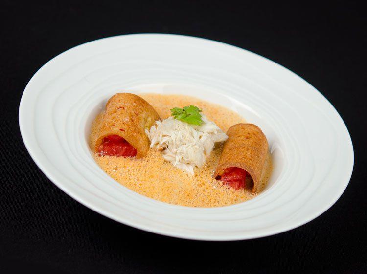 Tourteau et tomates en croustilles de pain, sauce à la gentiane