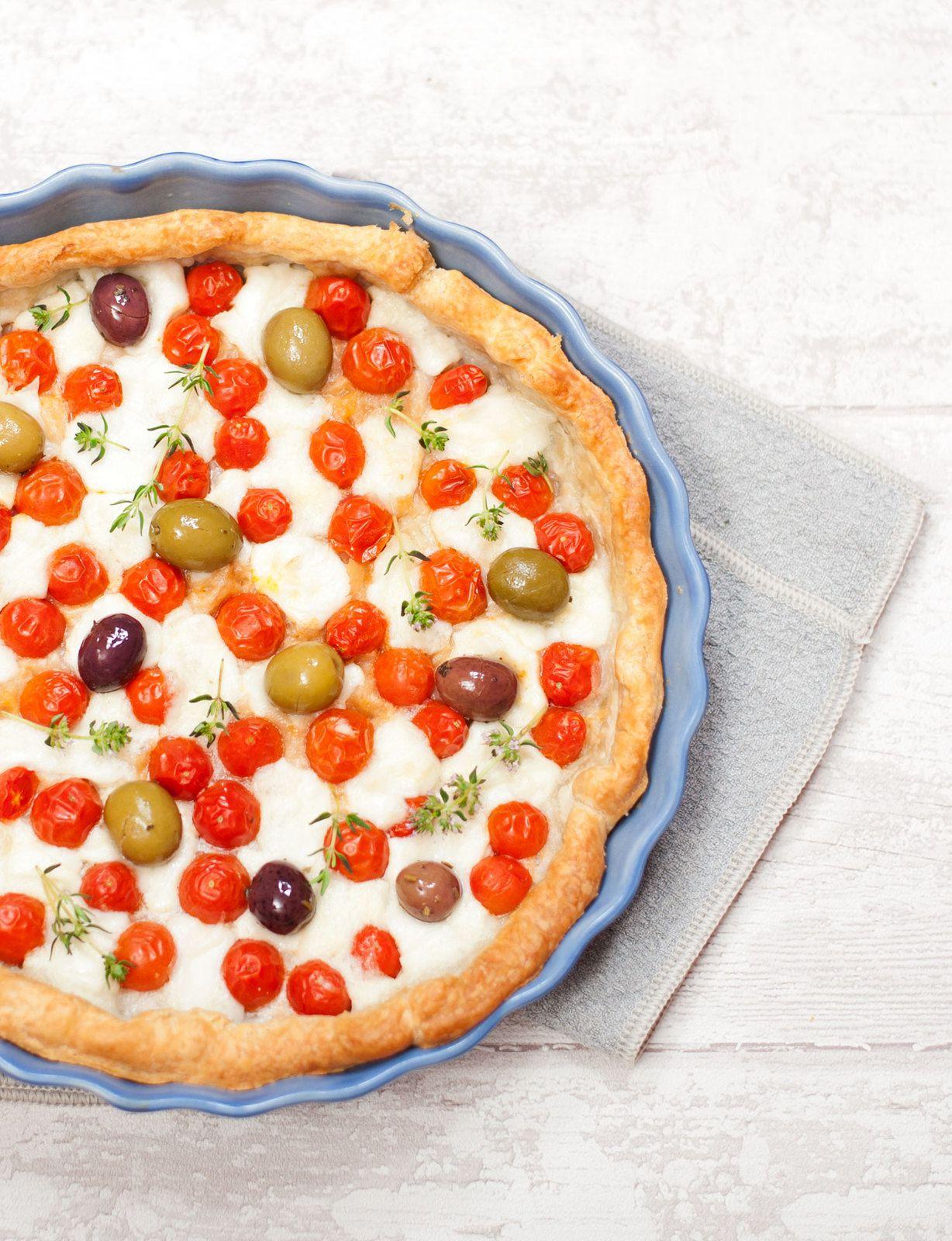 Tarte italienne à la mozzarella, tomates cerises, olives et thym