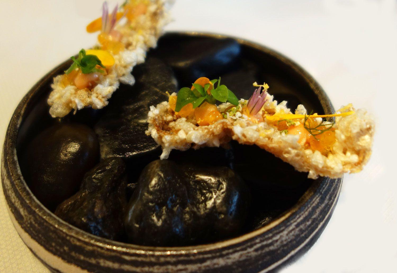 Tartelettes betteraves, peau de poisson comme une couenne croustillante  et truffes de maquereau...