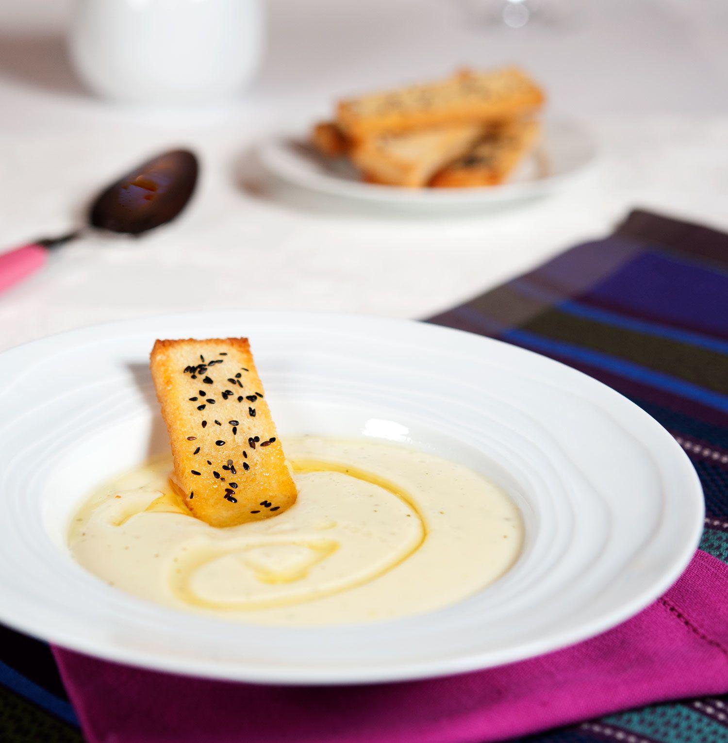 Velouté de panais au wasabi, toasts au sésame noir