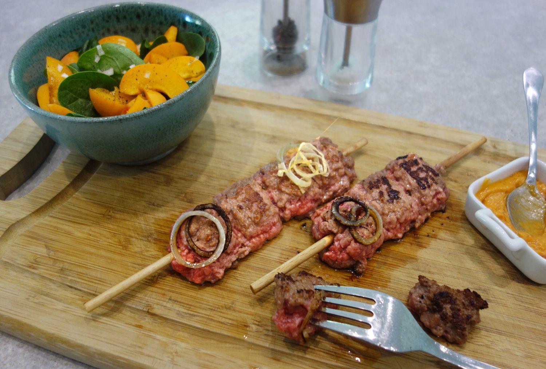 Brochettes de boeuf grillé, salade d'abricots frais aux pousses d'épinards, sauce maison