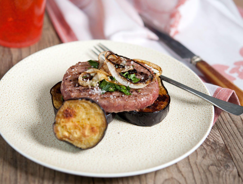 Steak haché à l'oignon et aux aubergines grillées