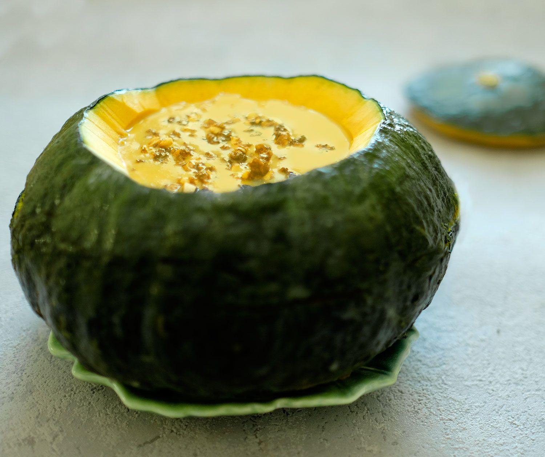 Bouillon de courge au lait de coco, fruits secs pimentés