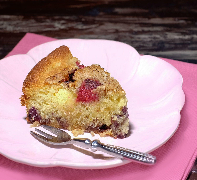 Gâteau simple aux framboises et au cassis, crumble aux noisettes