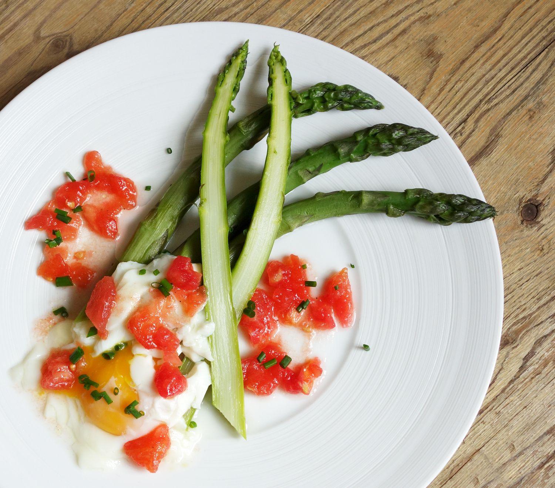 Asperges vertes, oeuf mollet à la concassée de tomates