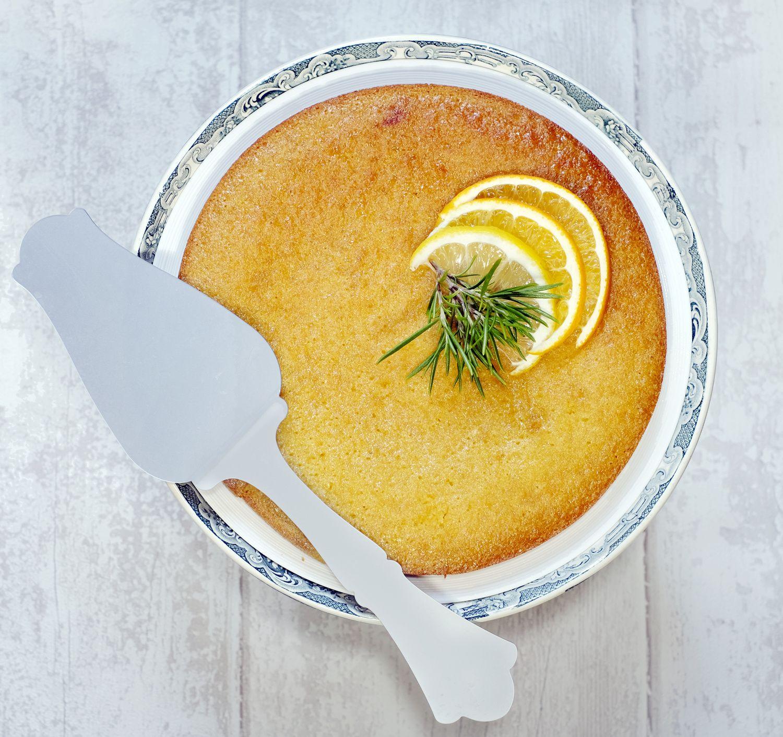 Gâteau à la polenta au miel, à l'huile d'olive, orange, citron et romarin