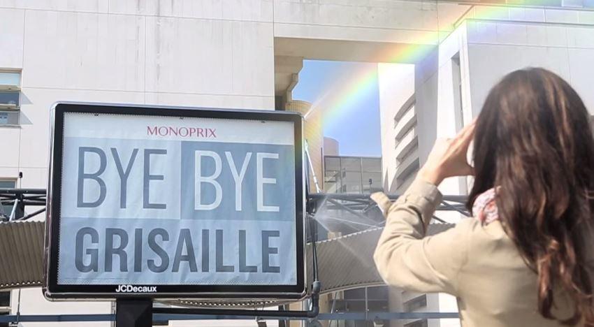 """""""Bye bye la grisaille"""" - Panneau publicitaire diffuseur d'arc-en-ciel Monoprix X JCDecaux"""