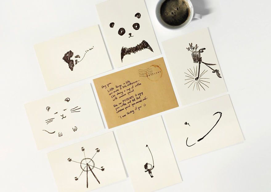 Lire (une carte postale) dans les marques de café