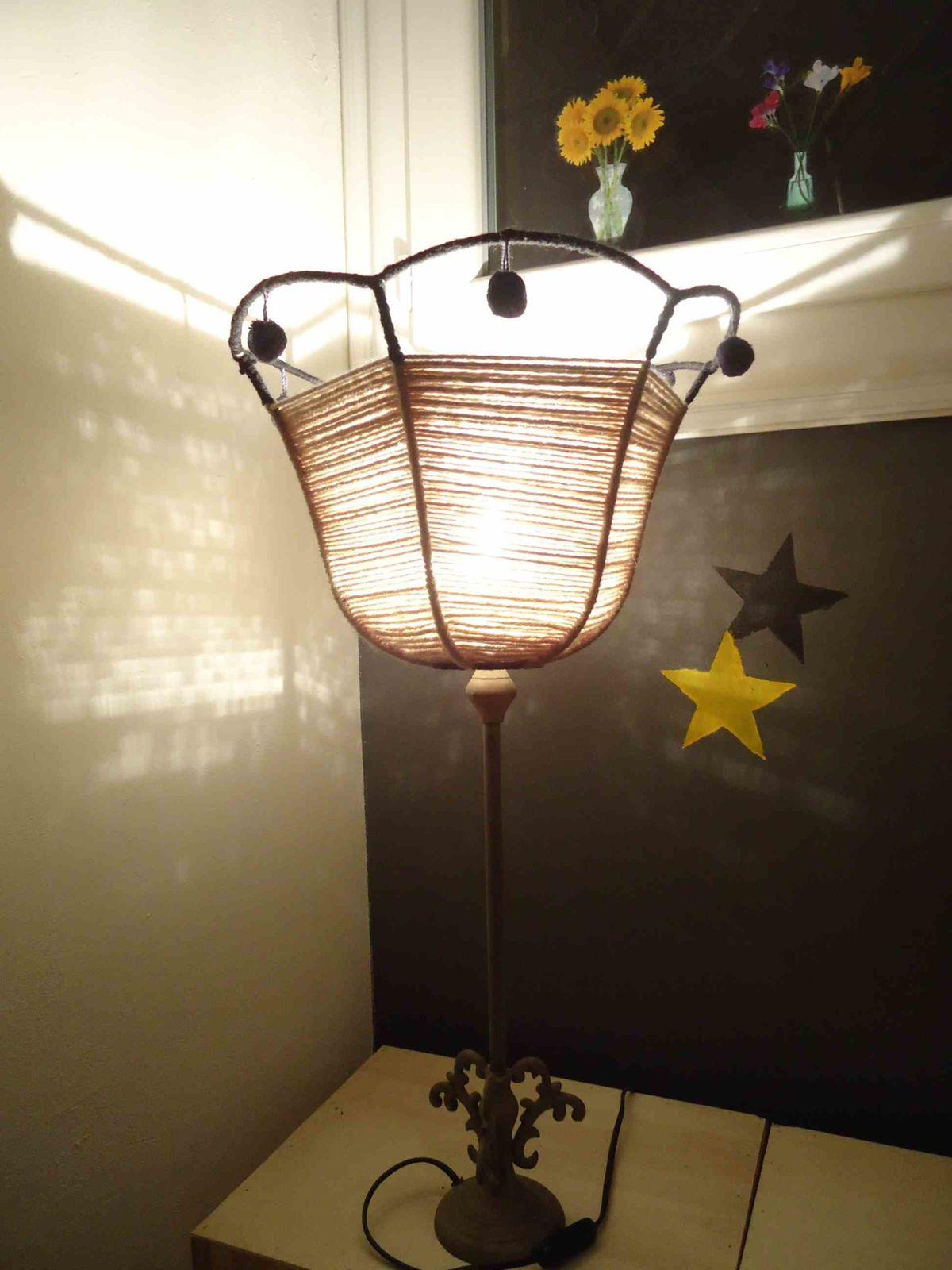 mon abat jour en laine sur une id e de la princesse aux bidouilles blabla bazar un bb blog. Black Bedroom Furniture Sets. Home Design Ideas