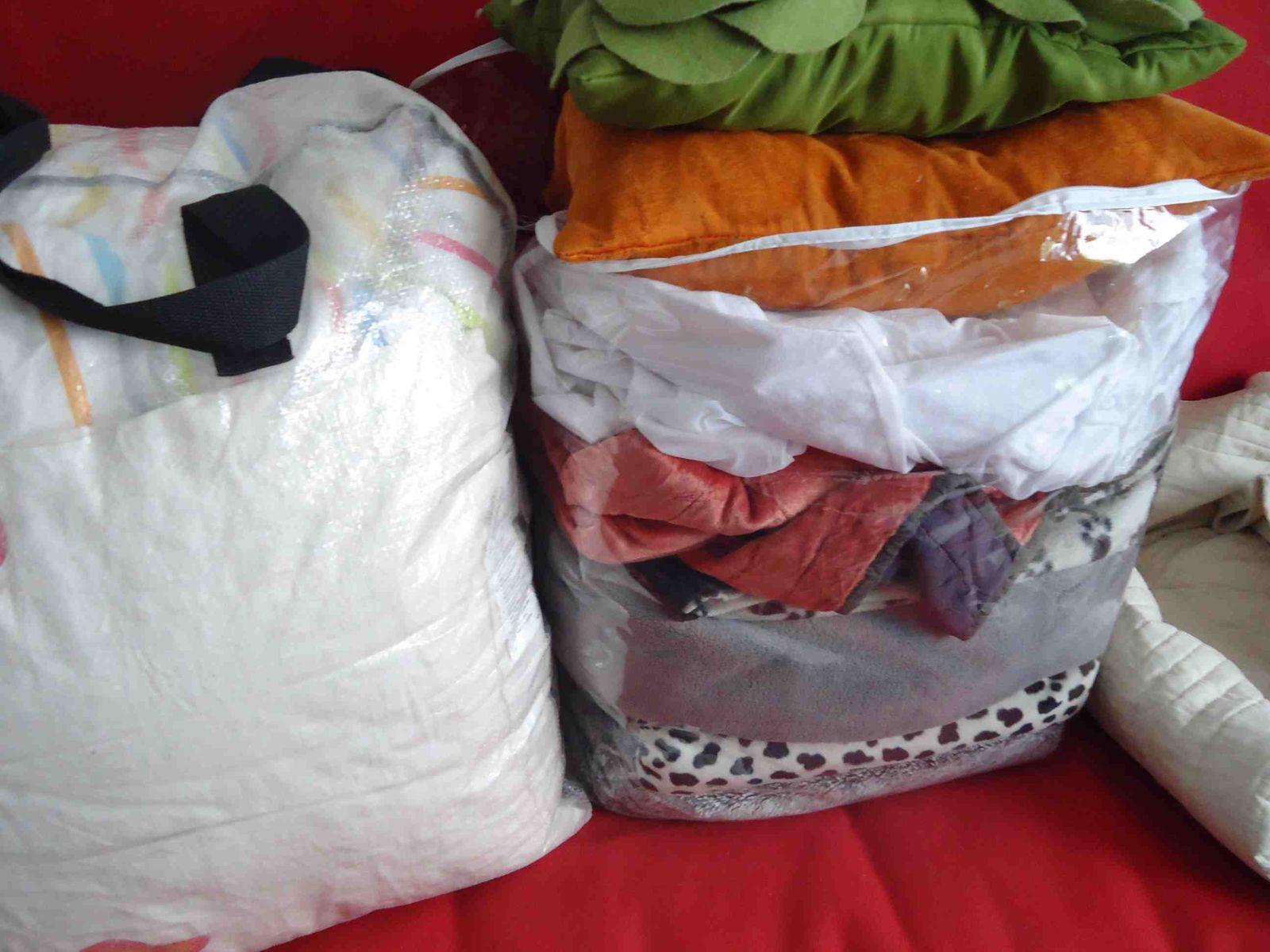 Lampes vases et couvertures.......