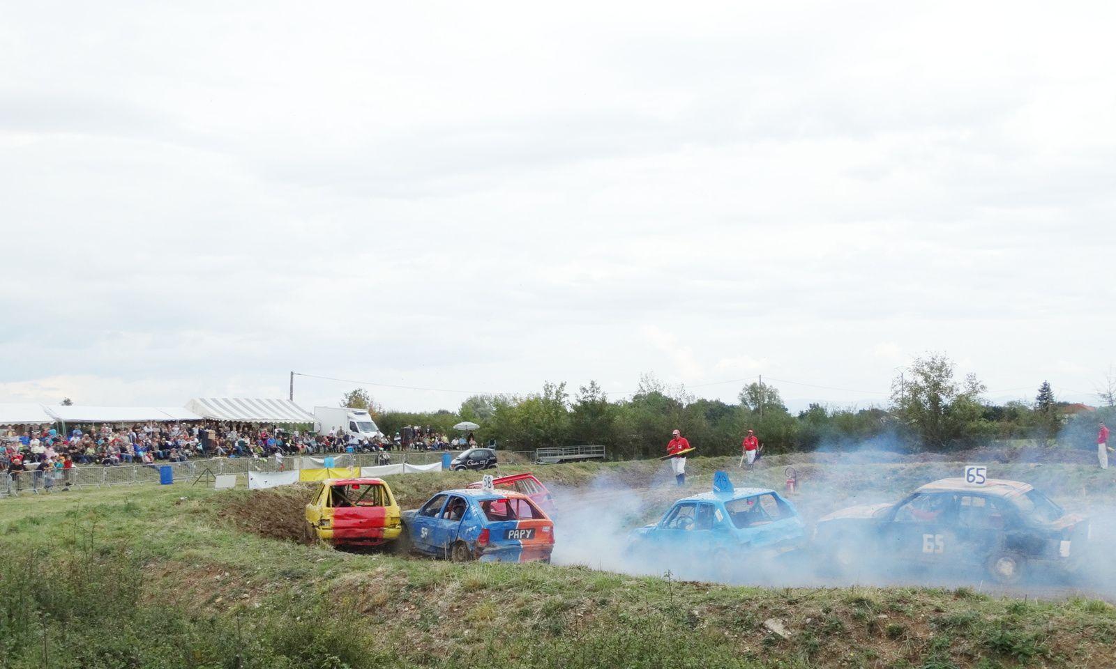 Les concurrents s'échappent dans un panache de fumée.