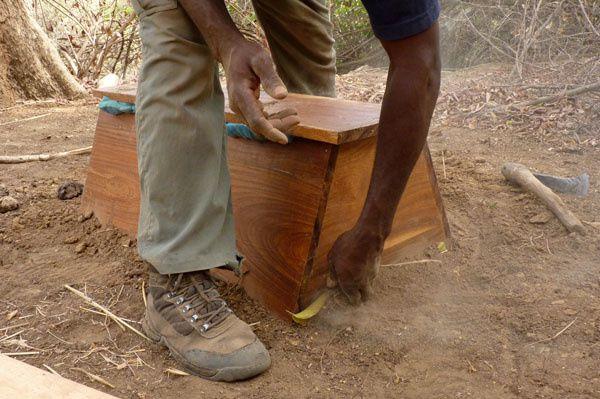 ETAPE 5 : Placer la ruche sur le trou, bouchez les trous et recouvrez les bords de terre afin de retenir la fumée au maximum