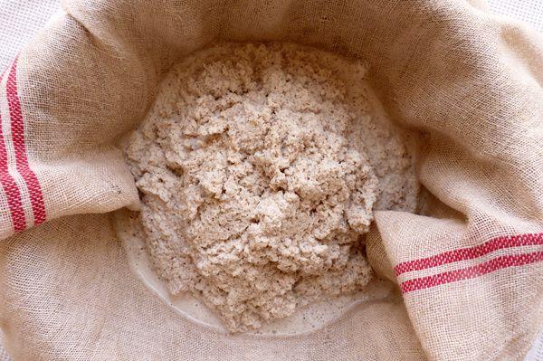 Versez le mélange dans le tissu à maille large, au dessus d'un saladier.