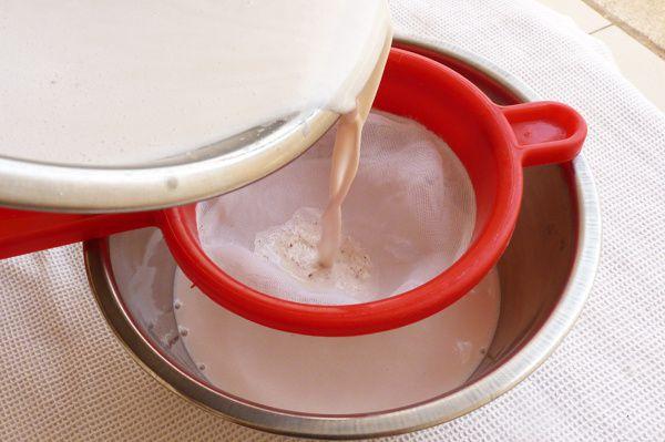 Filtrez le lait obtenu.