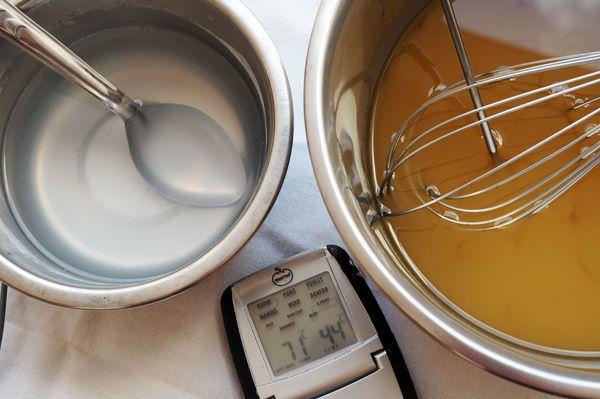 6 - Laissez refroidir gentiment les deux mélanges jusqu'à ce qu'ils soient tous les deux à une même température, idéalement entre 29° et 32°C. J'avoue que dans mon cas, je fais le mélange vers 35°C (ma température ambiante en ce moment !). L'important est que la soude et les huiles soient exactement à la même température. Si vous n'avez pas de thermomètre et que vous habitez dans un pays chaud : préparez la soude et les huiles le matin et attendez l'après-midi pour faire votre mélange, les deux bols seront alors à température ambiante !
