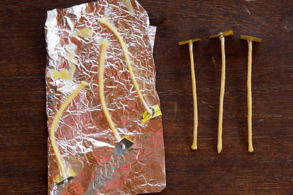 Laissez égoutter quelques instants sur un papier d'aluminium, puis tendez-les pour les rendre droites.
