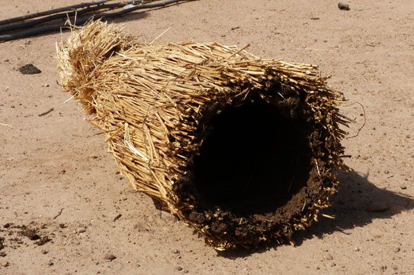 L'intérieur des ruches traditionnelles est en général enduit de bouse de vache
