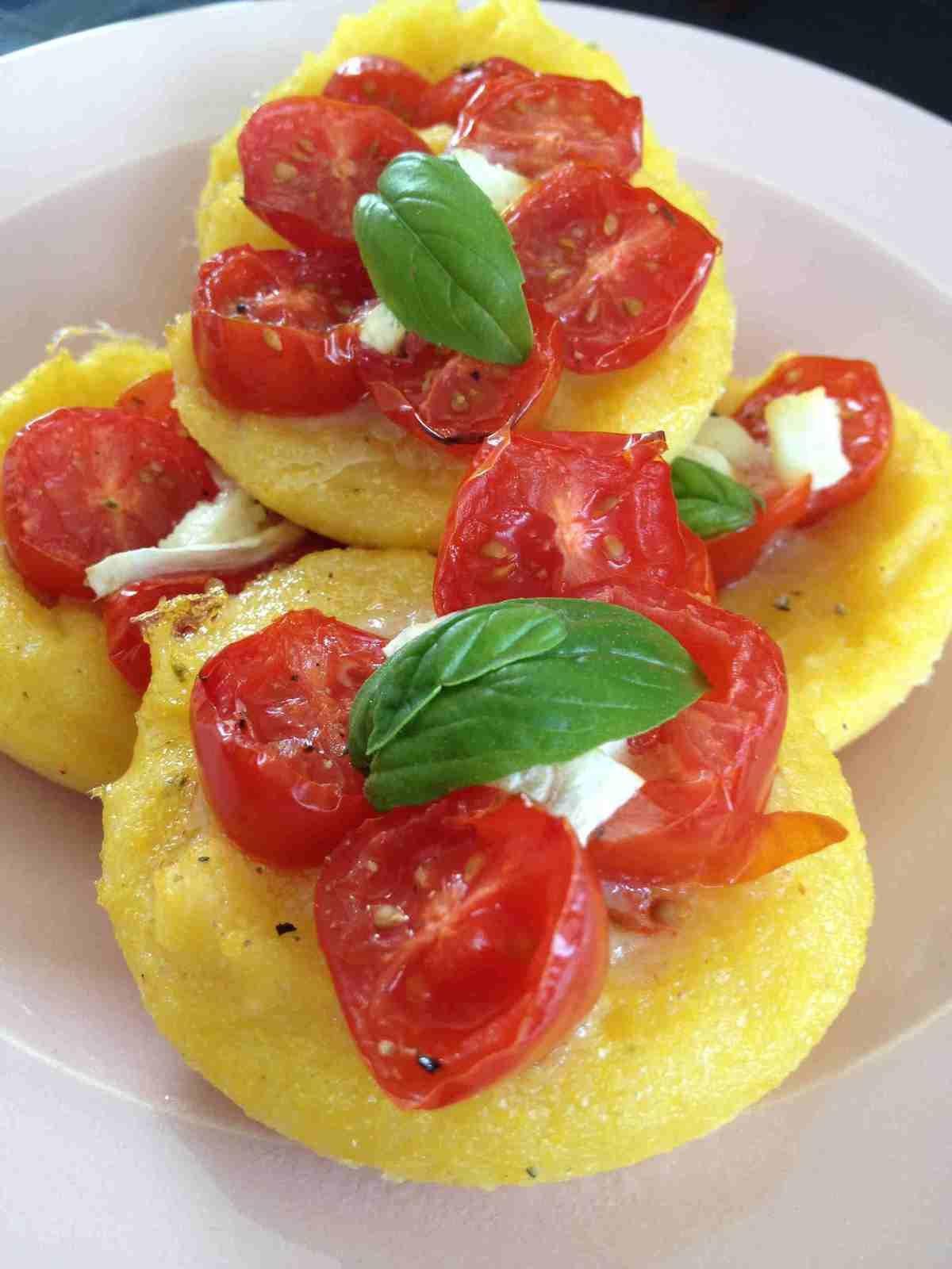 Tartelettes polenta tomates cerises, chèvre et basilic