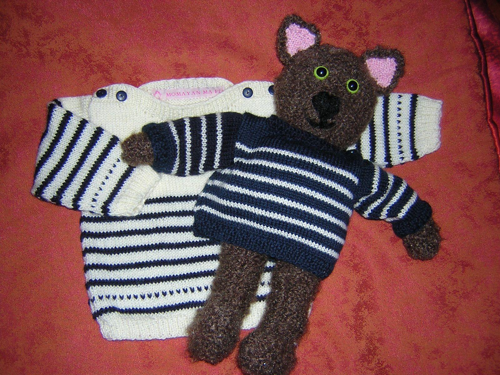 ours à pull marin, comme celui de son petit maître, dont les rayures sont en contraste
