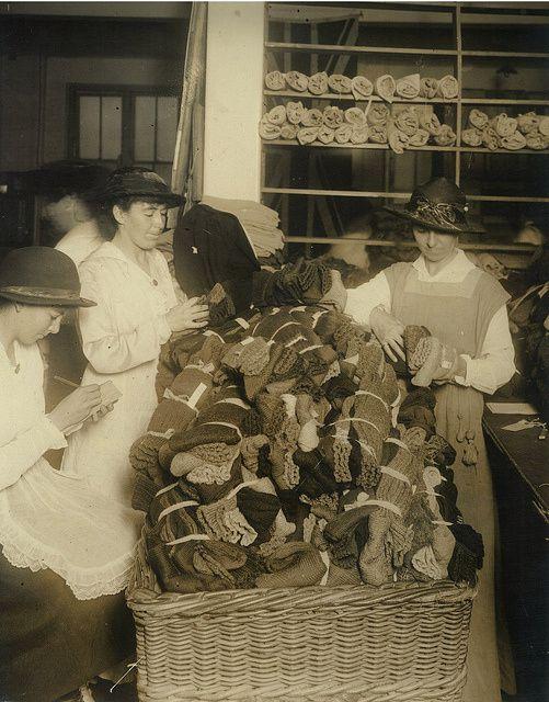 inpecter et déterminer la pointure des chaussettes  War Chest Sock Appeal, Sydney, Mai 1917  photographe G. A. Hills
