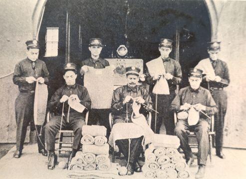 Tous à l'ouvrage! Le gouverneur de l'Arizona, les pompiers ou les employés du métro tricotent pour les Sammies