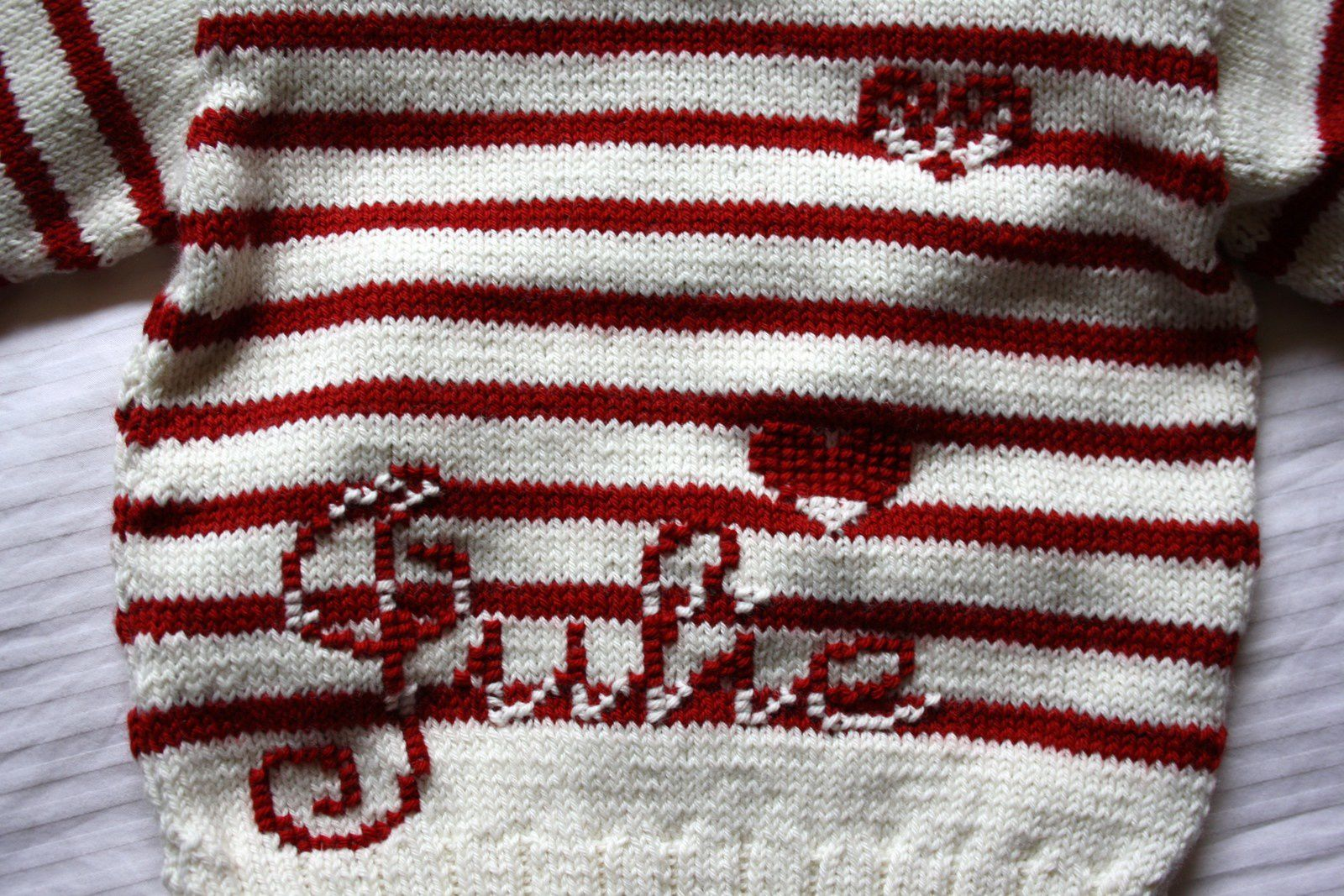 Rayures et prénom brodé, je suis très fière du pull offert à Julie