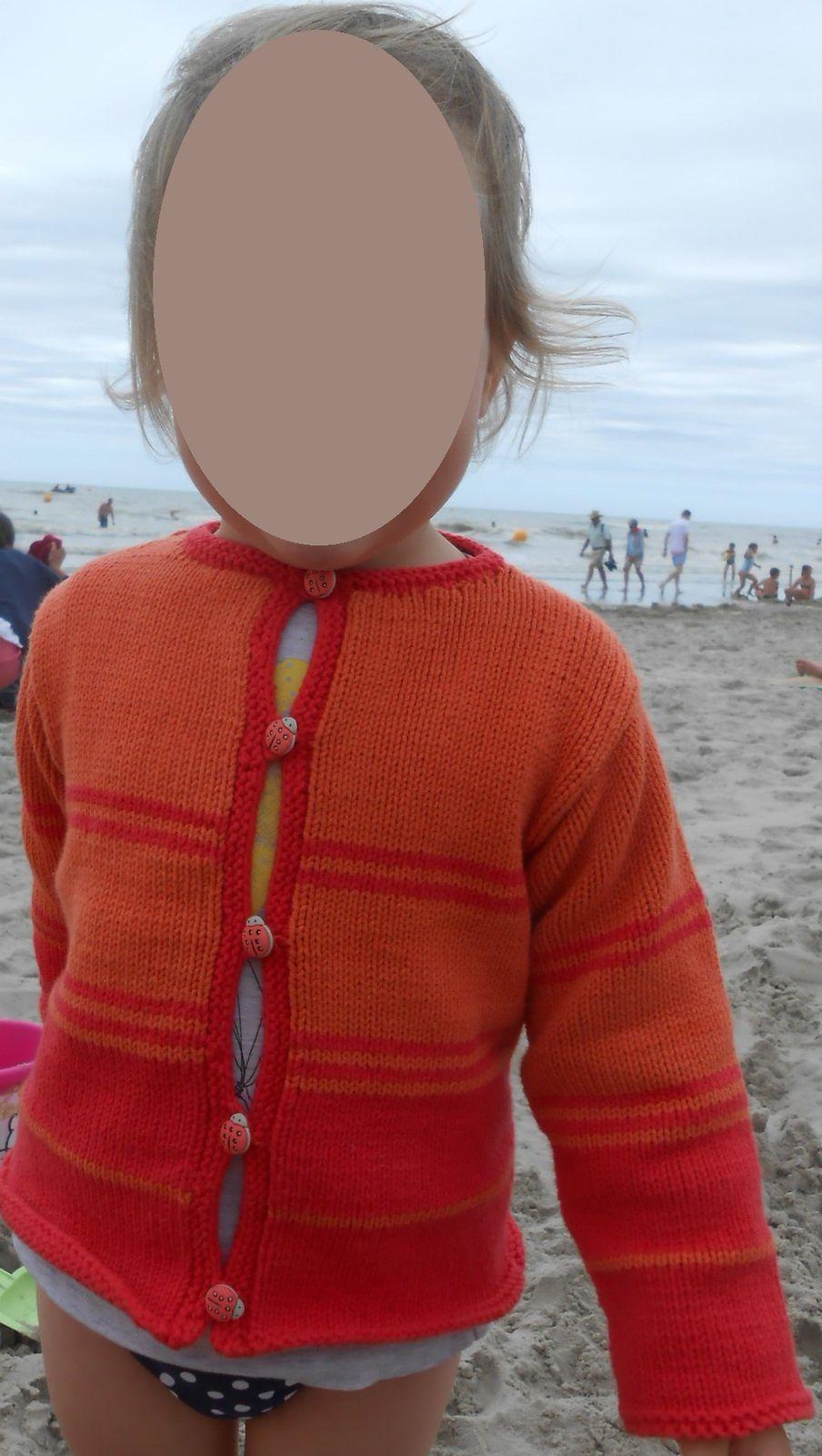 Pour réchauffer une journée frisquette, un petit gilet à coccinelles pour Léontine  Taille 3/4 ans