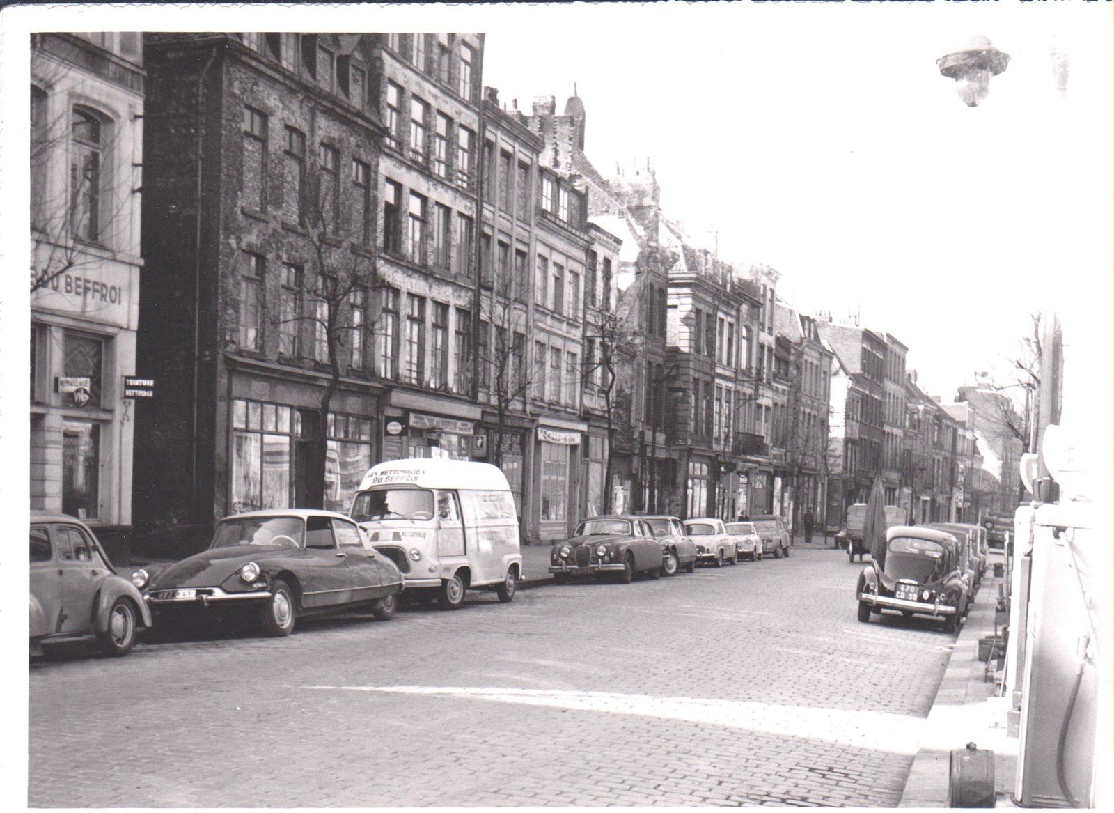 photo 12 (1961 03 16) teinturerie du Beffroi n°66 (rue Saint Sauveur) puis entrée de la rue Lalo On remonte les n° de gauche à droite