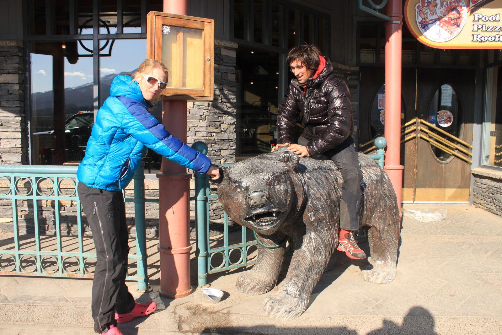 Matthieu tente de dompter l'ours.