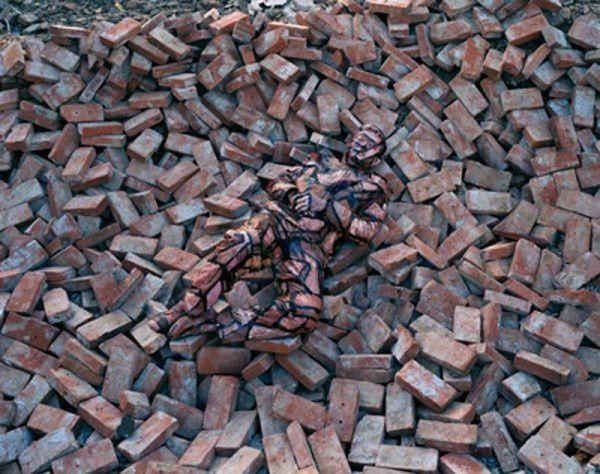 Liu Bolin, l'artiste chinois caméléon ! - Mais, lui, c'est bien un humain ... Lien pour aller découvrir ou revoir certaines de ses réalisations : http://www.lense.fr/2011/06/16/liu-bolin-lhomme-cameleon/