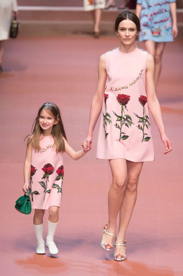 http://www.lexpress.fr/styles/mode/defiles-fashion-week/defiles/dolce-gabbana-fait-defiler-les-mannequins-avec-leur-bebe-et-bianca-balti-enceinte_1656821.html
