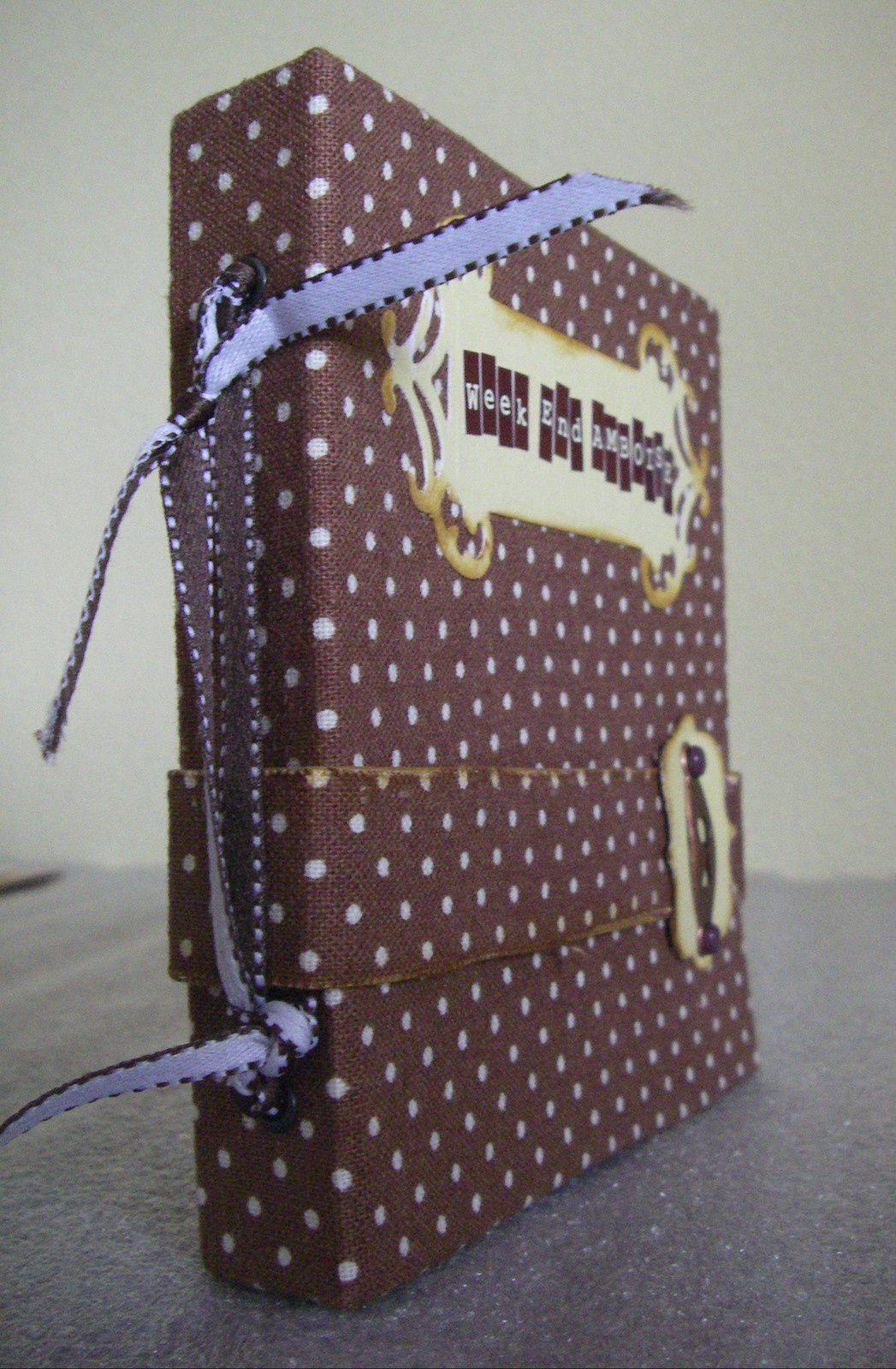 La couverture est composée de carton fin et de tissu autocollant.