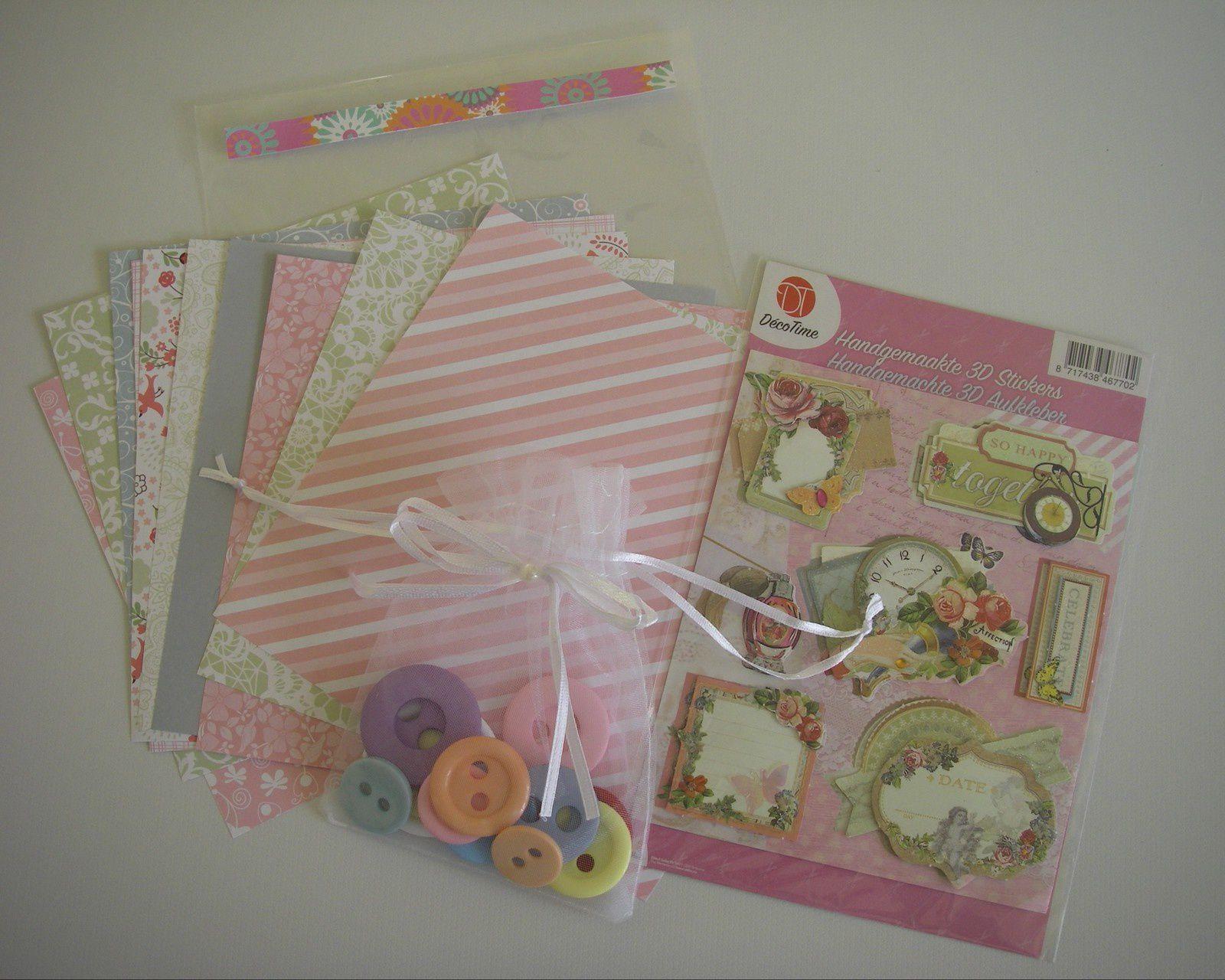 """La très jolie carte-pochette de Natyf (que je ne manquerai pas de """"copier"""" à l'occasion) accompagnée de petits cadeaux très sympas."""