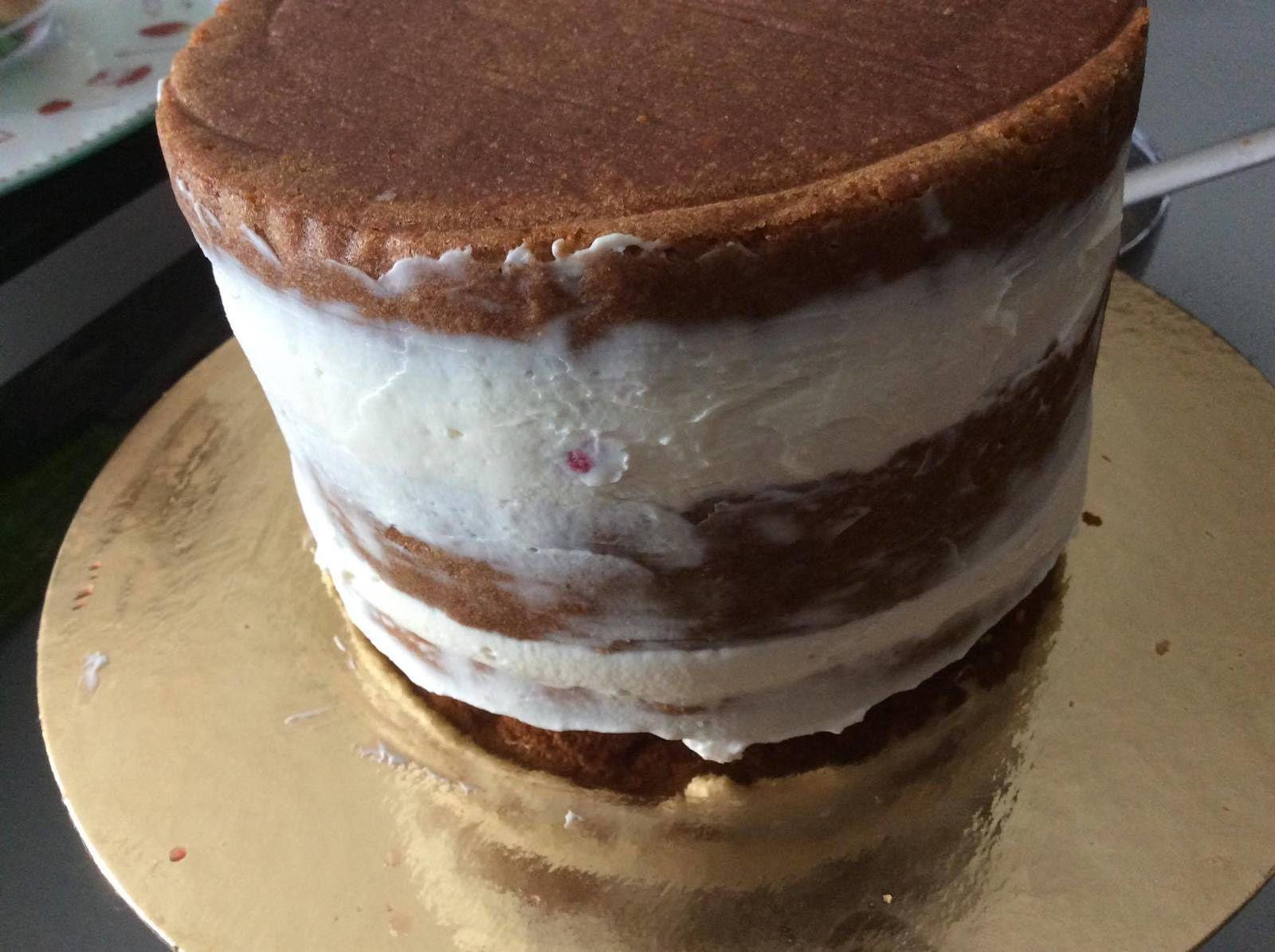 Layer cake à la framboise et sa dentelle comestible