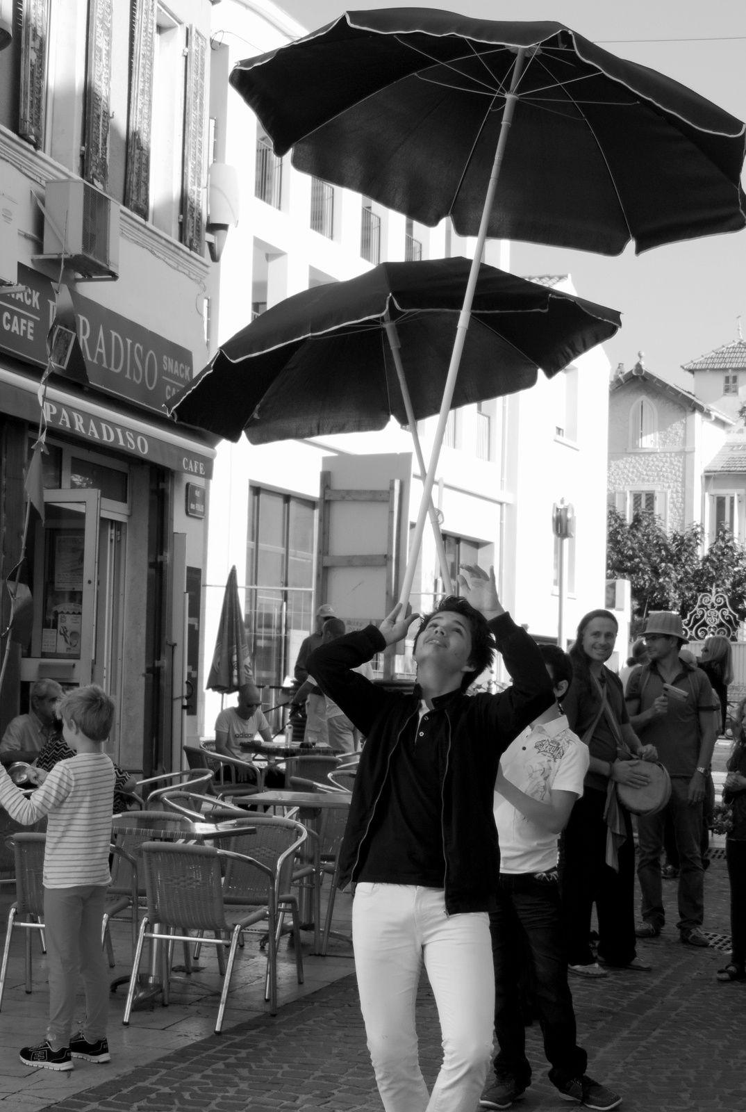 Mayan et Jérémie dans leur numéro fameux de parasols tournoyants.