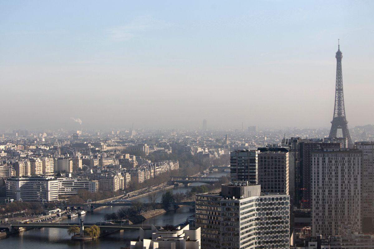 """Générées par l'industrie, le chauffage et le transport (diesel), les particules fines peuvent provoquer de l'asthme, des allergies, des maladies respiratoires ou cardiovasculaires. Les plus fines d'entre elles (moins de 2,5 microns), qui pénètrent dans les ramifications les plus profondes des voies respiratoires et le sang, ont été classées """"cancérogènes certains"""" par l'Organisation mondiale de la Santé (OMS)."""