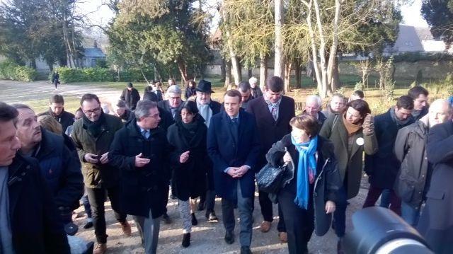 Précédé par Corinne Lepage, Emmanuel Macron arrive à la ferme de la Bourdaisière à Montlouis