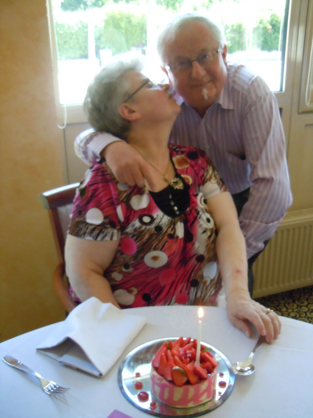 Quelques photos souvenir de cette journée mémorable, où nous avons célébrer mes 60 ans, et que j'ai la chance d'avoir ma maman avec nous qui va bientôt fêter ses 80 ans.