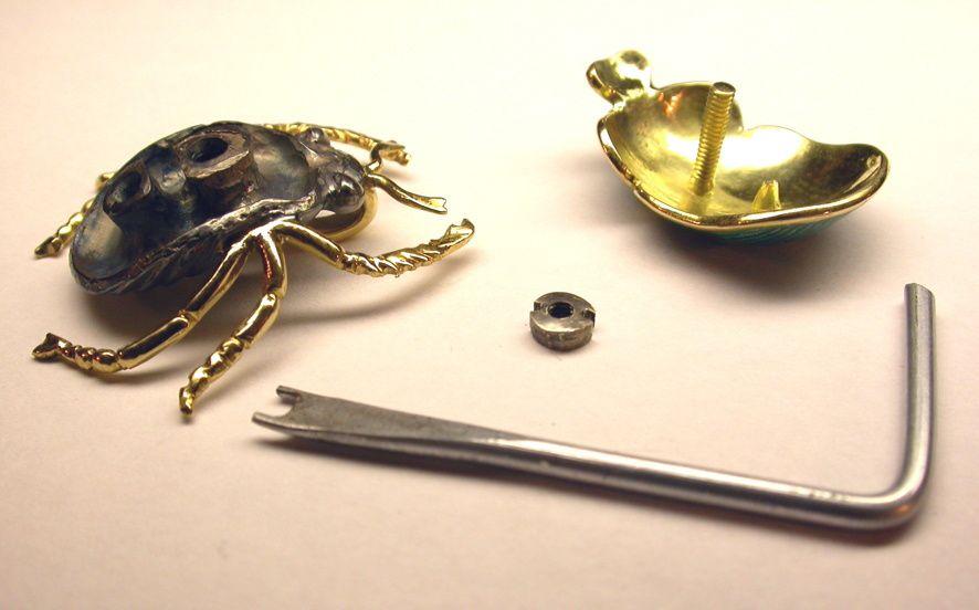 Les divers éléments et la clé faite pour le montage.