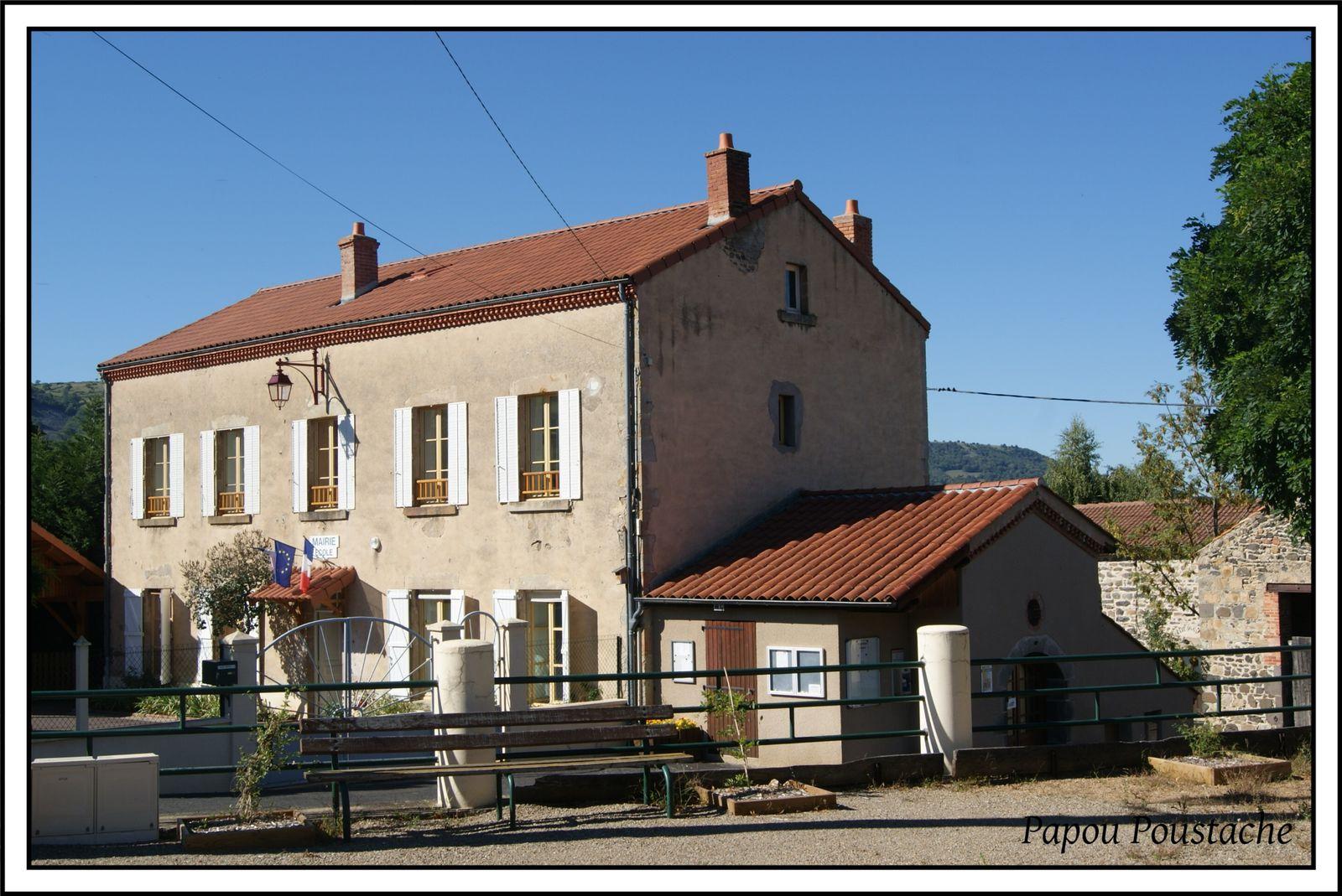 Le village ,l'école , Mairie et monument aux morts