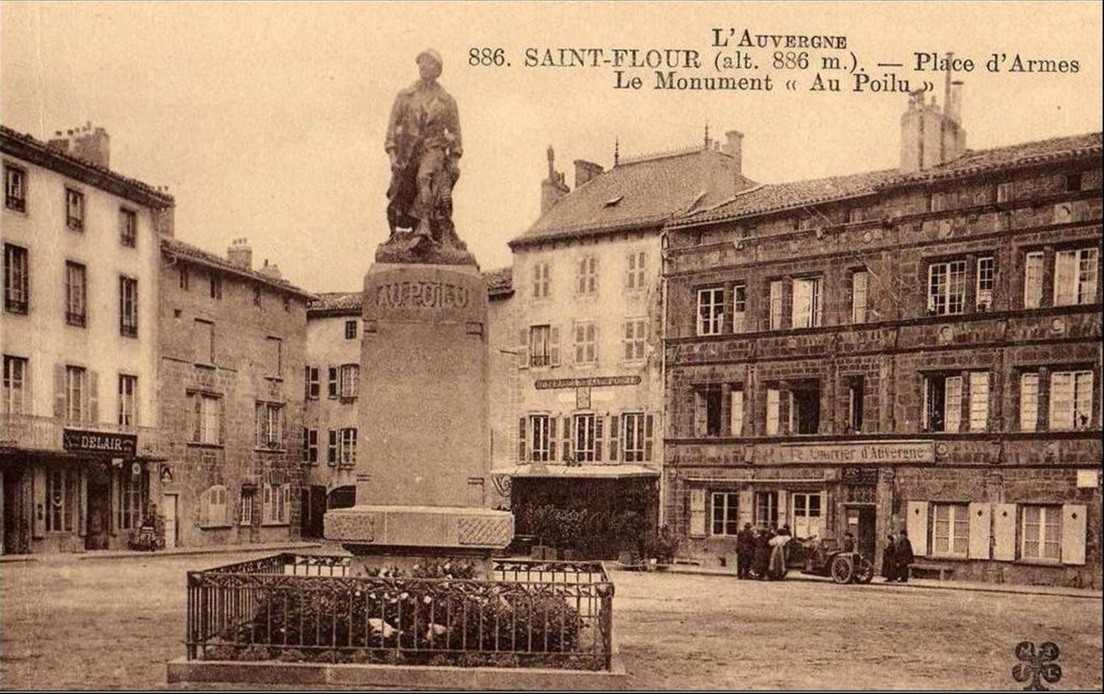 Hotel de ville et monument aux morts à St Flour