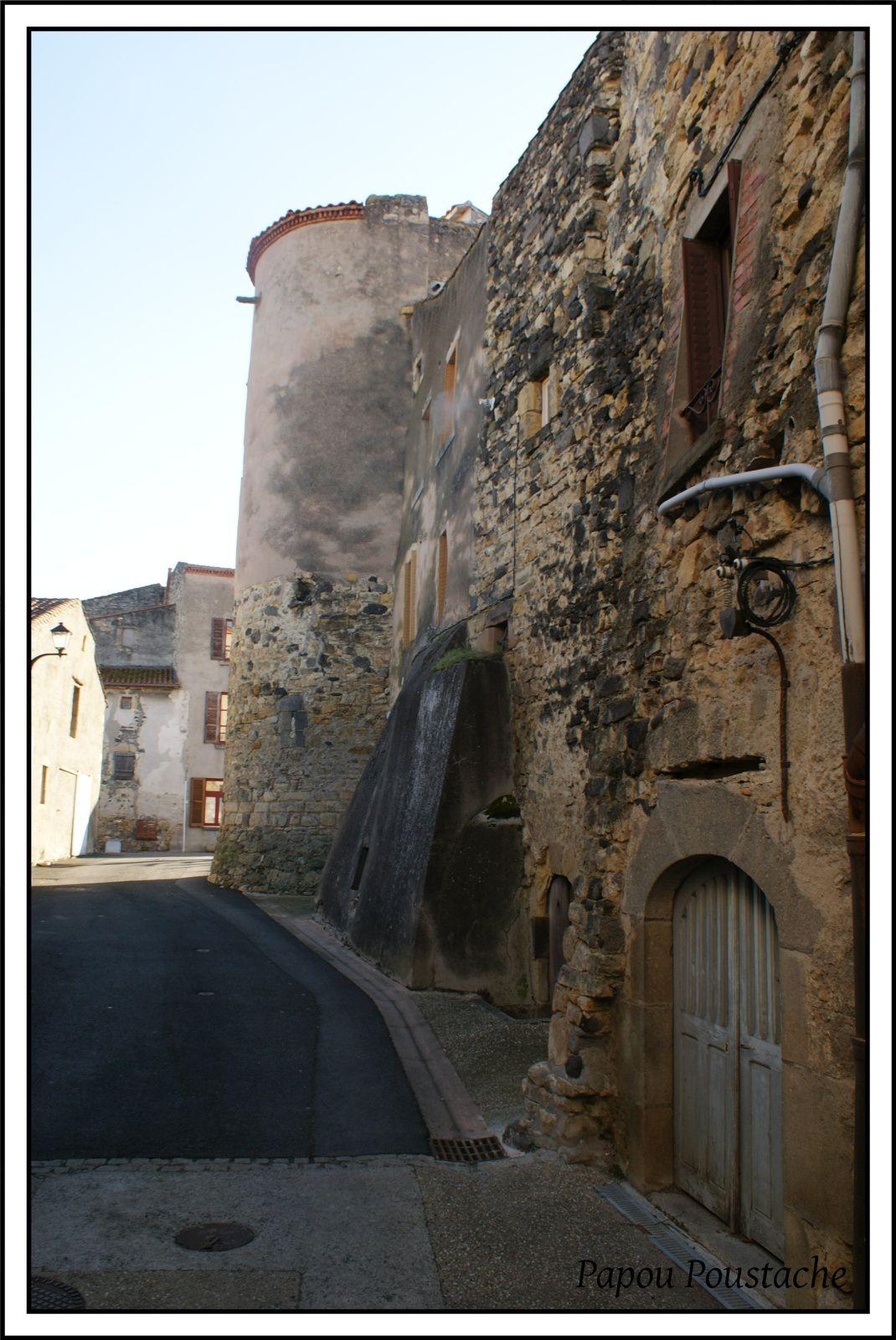 Chadeleuf:L'église et le chateau