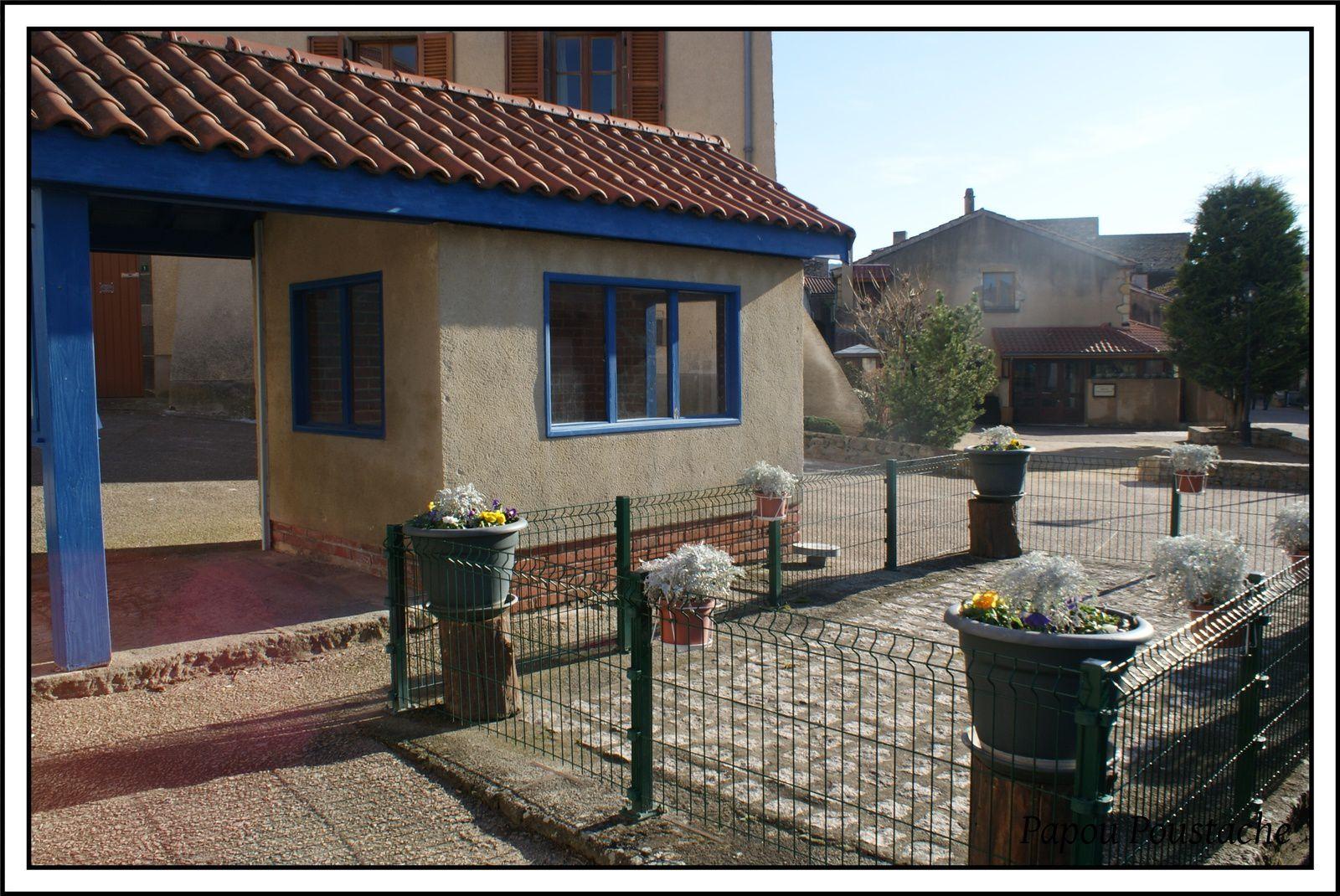 La Mairie,le lavoir,la bascule et la fontaine à Chadeleuf