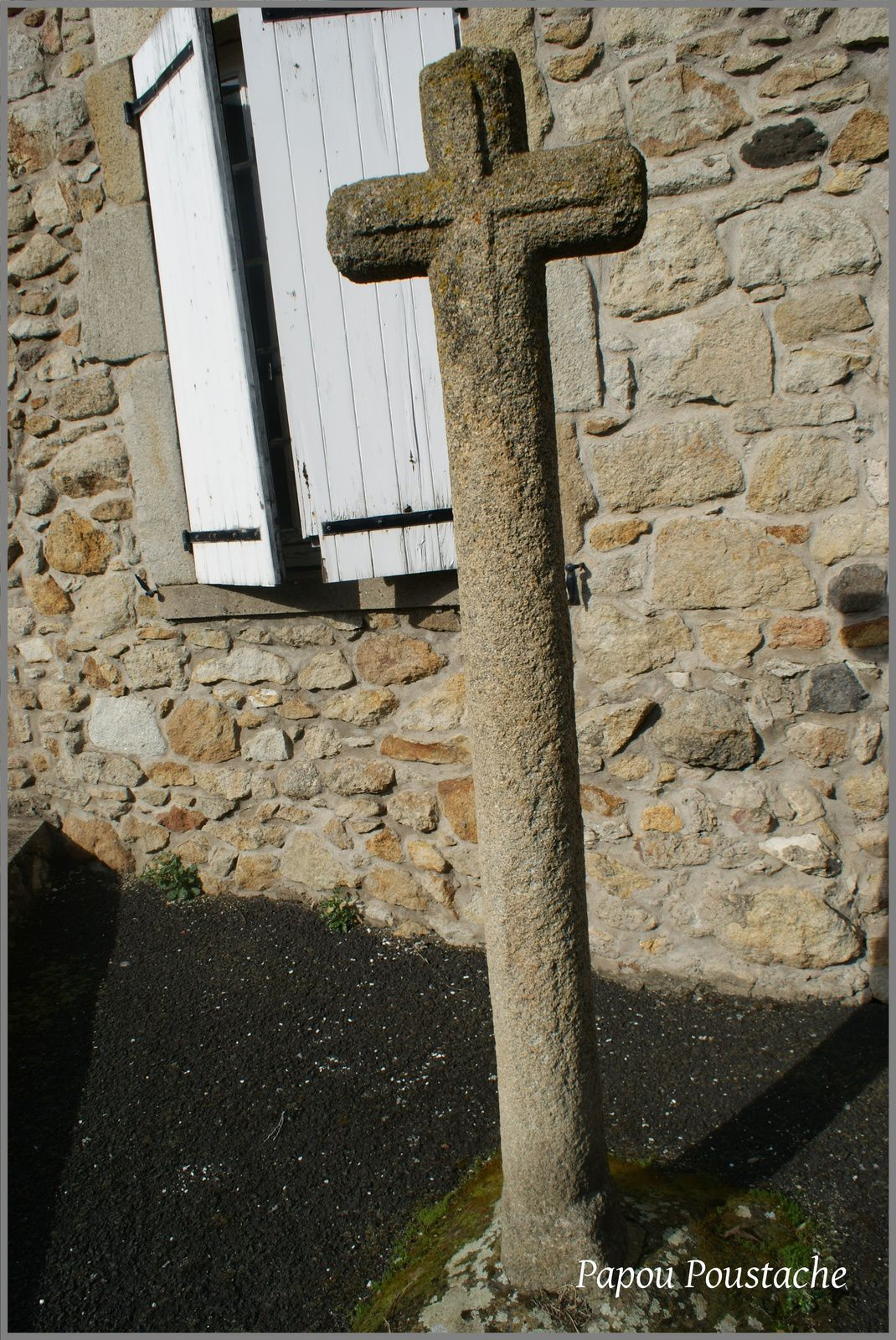 Monument aux morts et croix au village de Montpeyroux