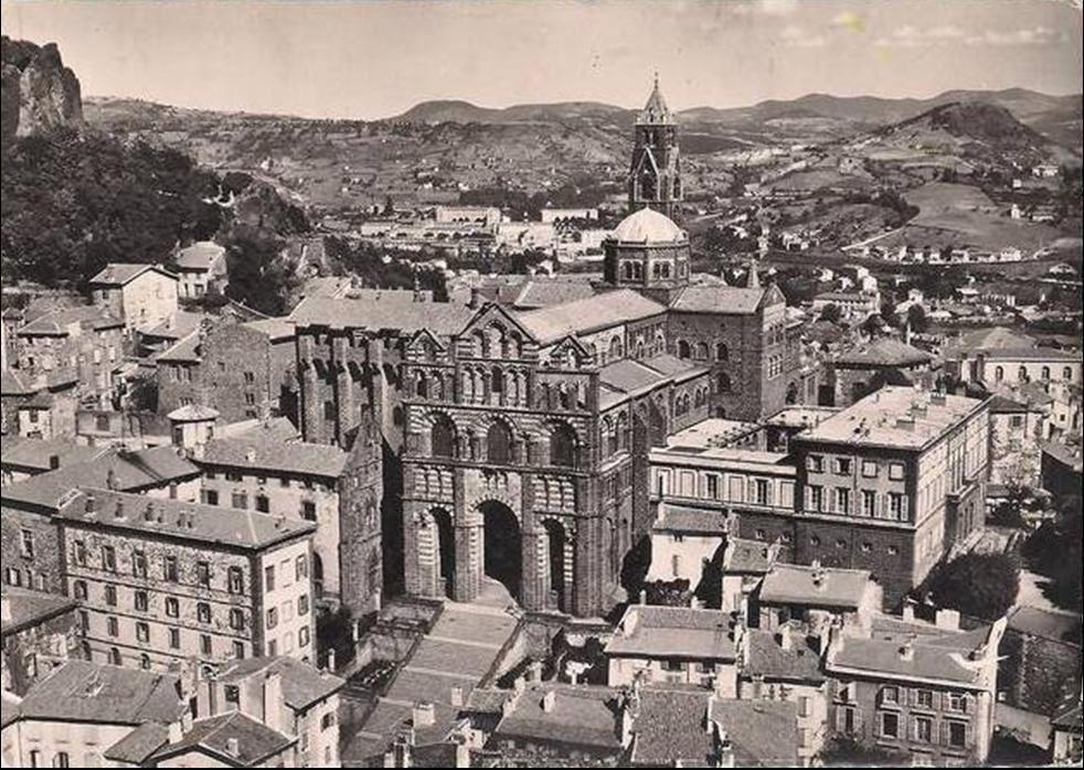 Visite aérienne de la cathédrale notre Dame au Puy