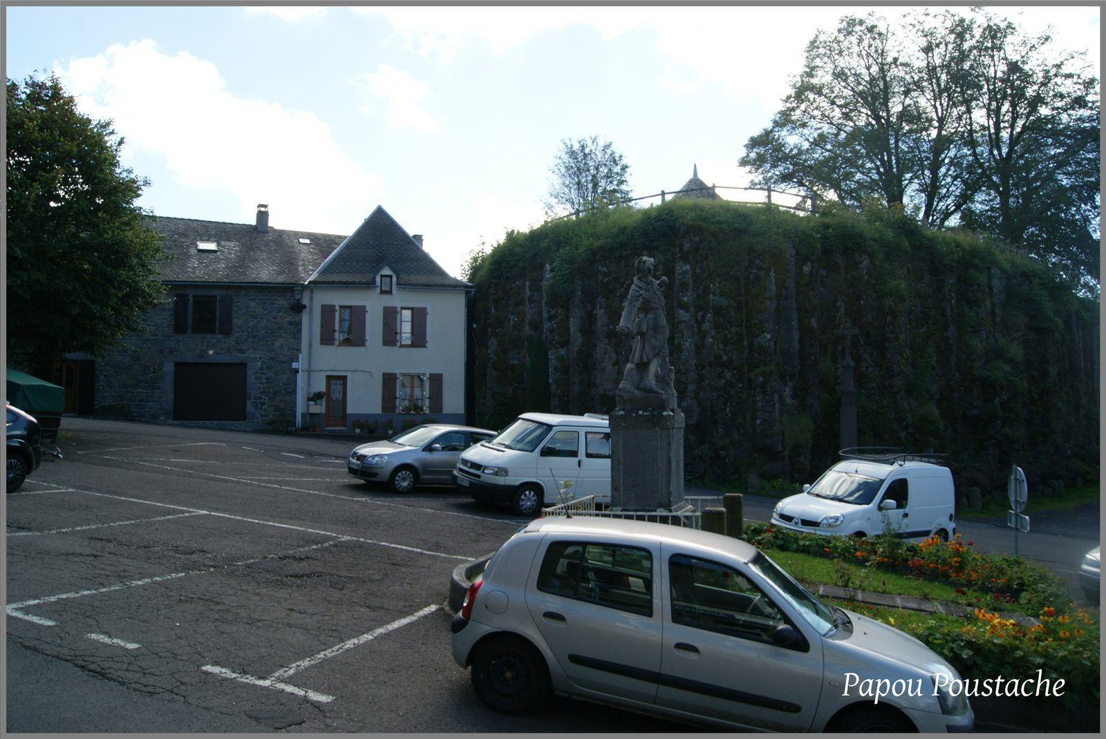 Monument et croix à La Tour d'Auvergne