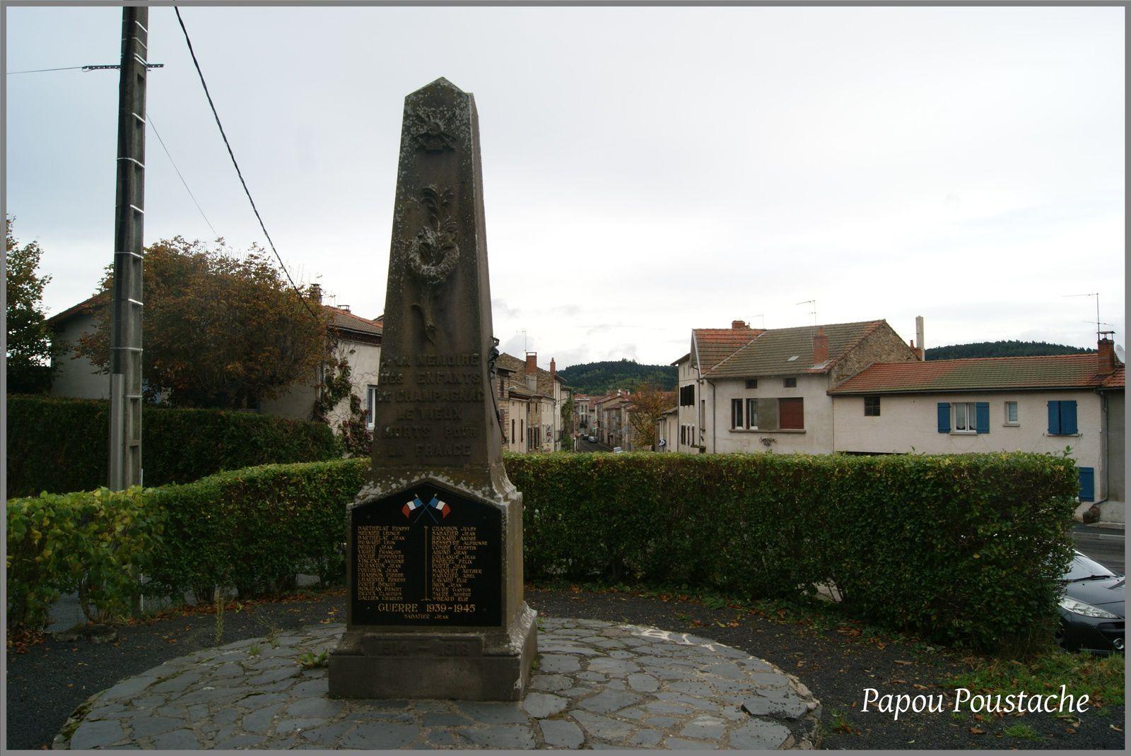 Autour du monument à Champagnac le Vieux