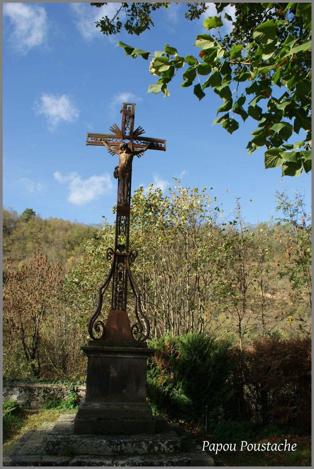 Eglise chapelle et croix à Neschers